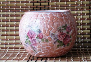 декупаж стеклянной вазы с мозаикой из яичной скорлупы