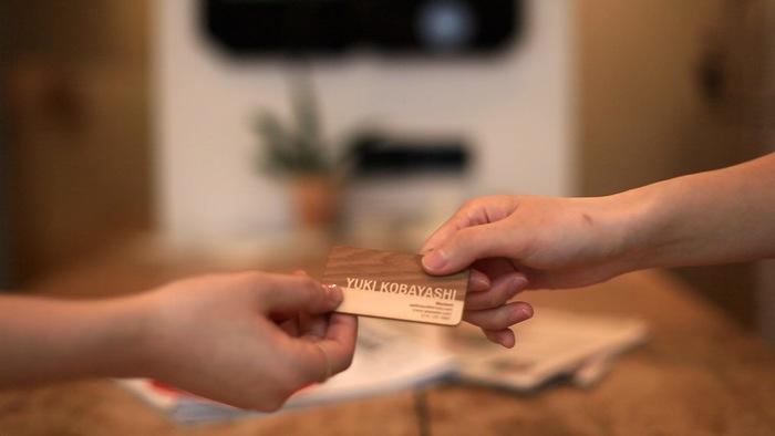 пример дизайна деревянной визитной карточки