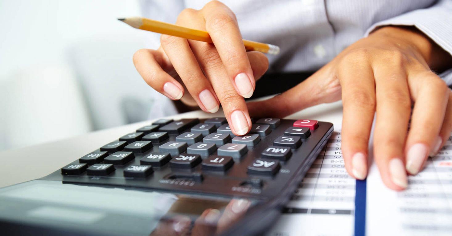 Женщина считает на калькуляторе