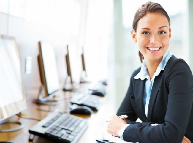 Сотрудница в офисе