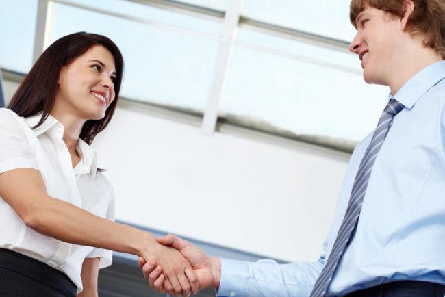 Рукопожатие мужчины и женщины