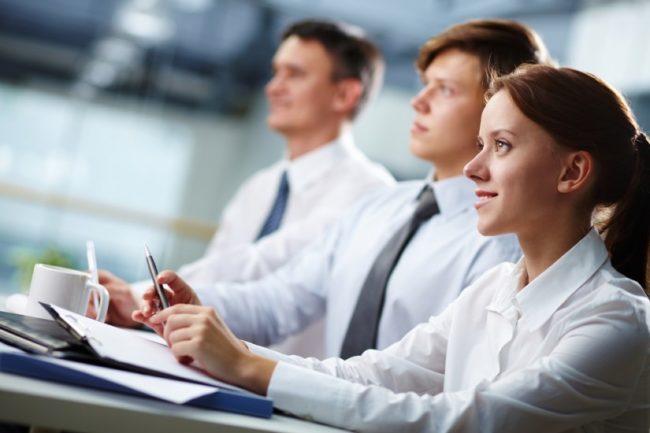 Сотрудники компании во время презентации услуги