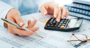 Главный бухгалтер подсчитывает расходы и доходы