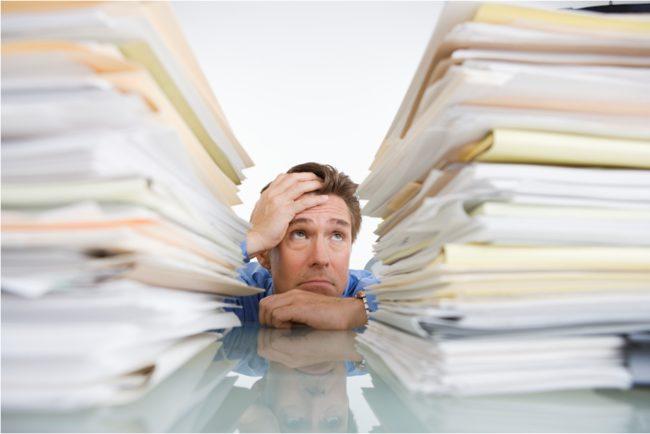 Мужчина и папки с документами