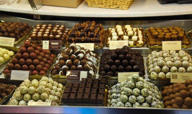 Разные сорта шоколадных конфет