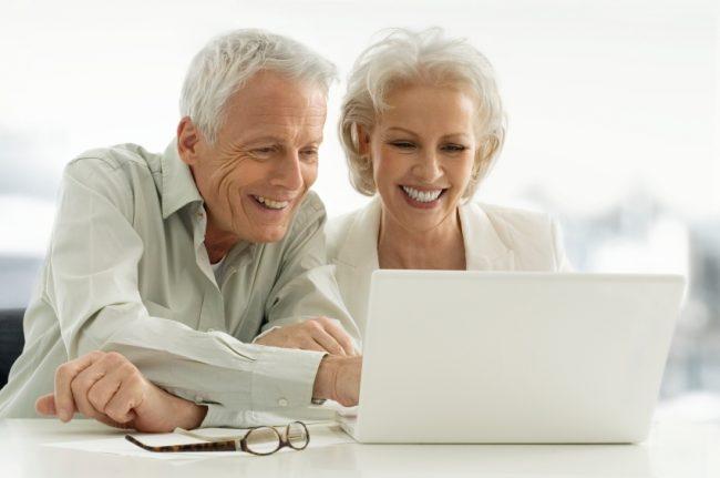 Фрилансеры-пенсионеры за работой над текстом