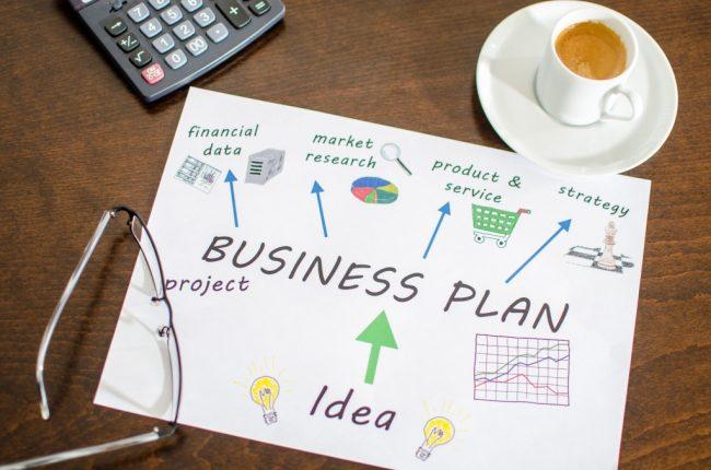 Бизнес-план, кофе в чашке, калькулятор