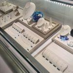 Выкладка ювелирных украшений в витрине