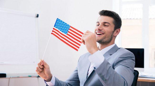 Мужчина с флагом США в руках