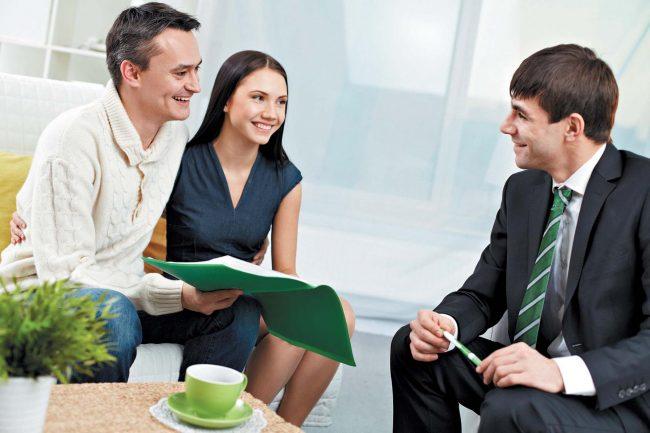 Бизнесмен разговаривает с клиентами
