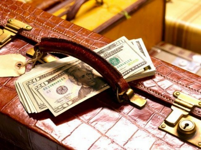 Деньги на чемодане