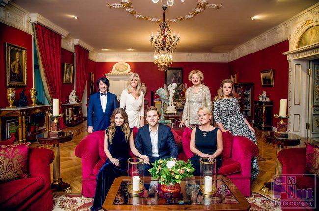Юдашкин с семьёй в доме