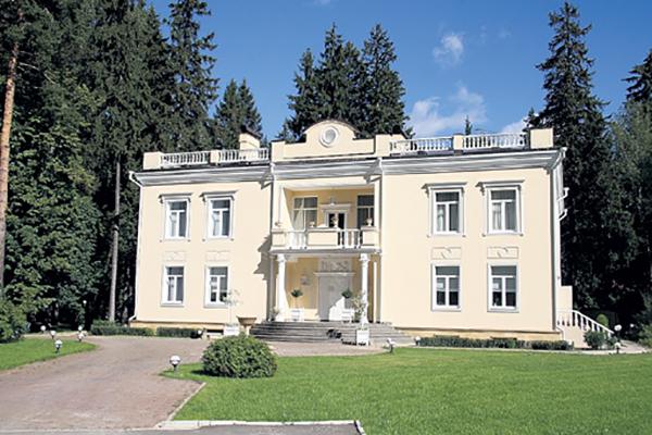 Дом Валентина Юдашкина снаружи