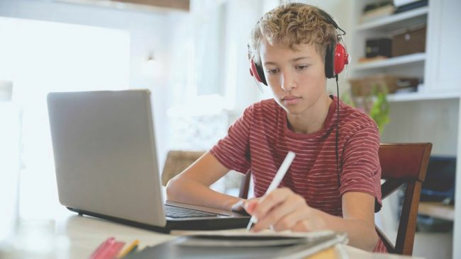 мальчик работает за ноутбуком