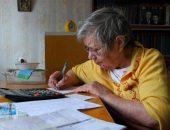 Пенсионер заполняет счет по ЖКХ