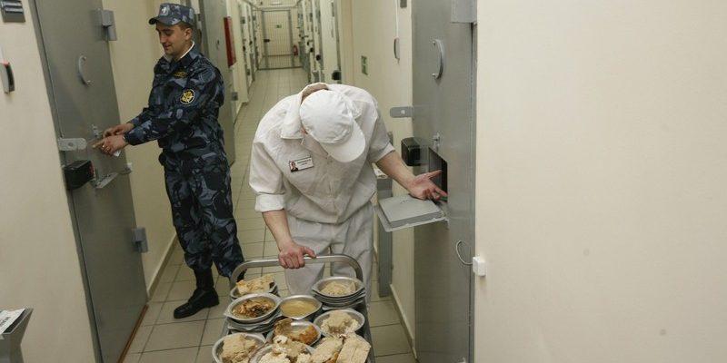 Выдача пищи заключенным