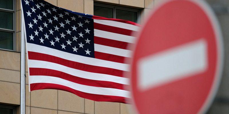 Флаг США на фоне запретительного знака
