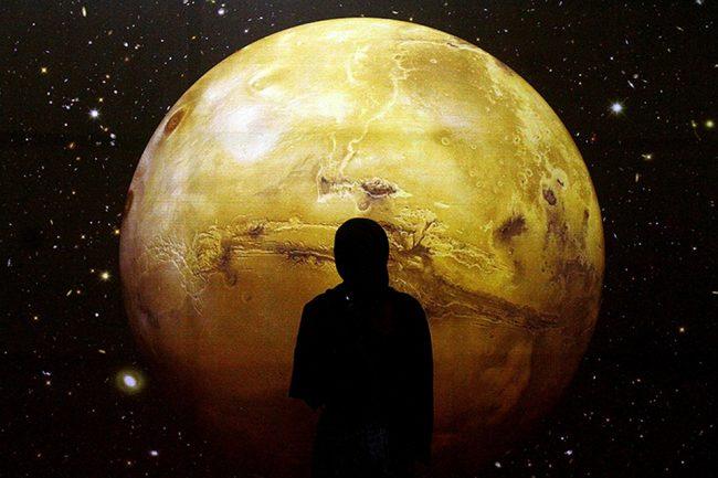 Человек на фоне луны