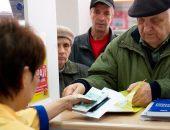 Пенсионер получает деньги