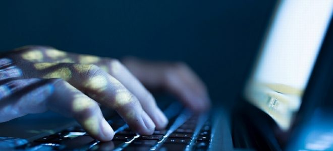 Хакер работает за компьютером