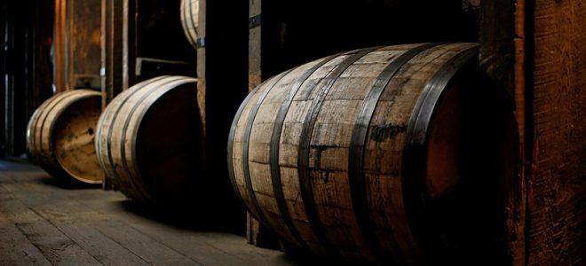 Шотландский виски в бочках