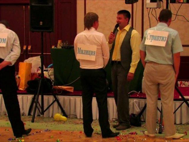 Мужчины на празднике с надписями на листах, прикрепленных им на спины