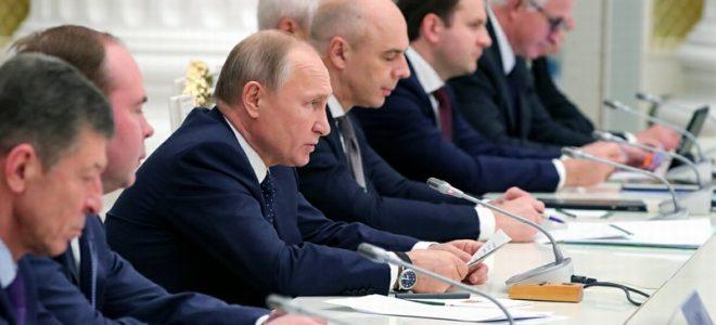 Владимир Путин с министрами на встрече с бизнесменами