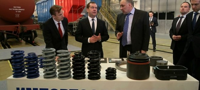 Дмитрию Медведеву представляют продукцию по импортозамещению