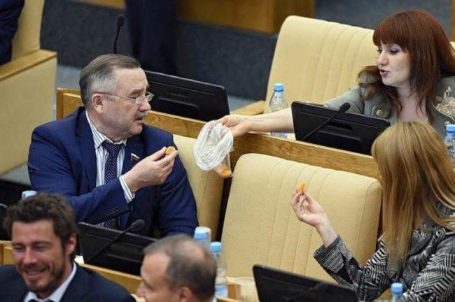 Депутаты едят в Госдуме