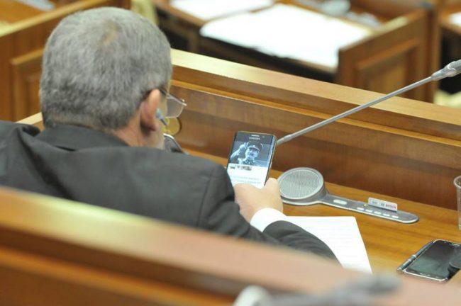 Депутат со смартфоном в Госдуме