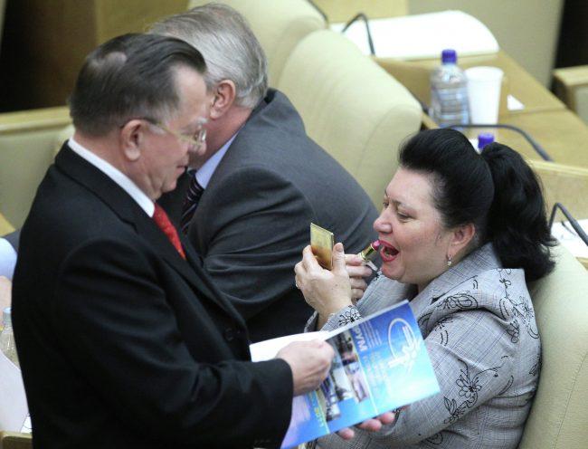 Женщина красит губы в Госдуме