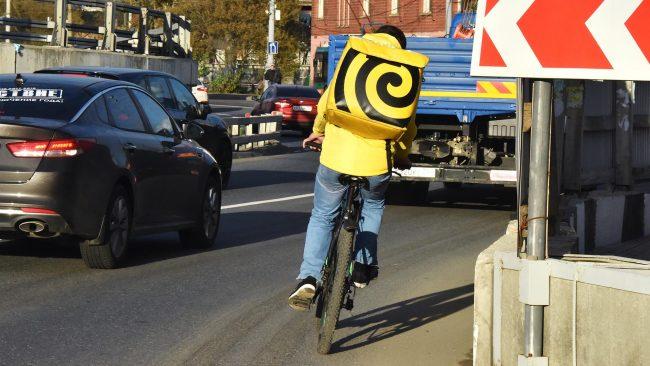 Курьер Яндекс.Еда на велосипеде