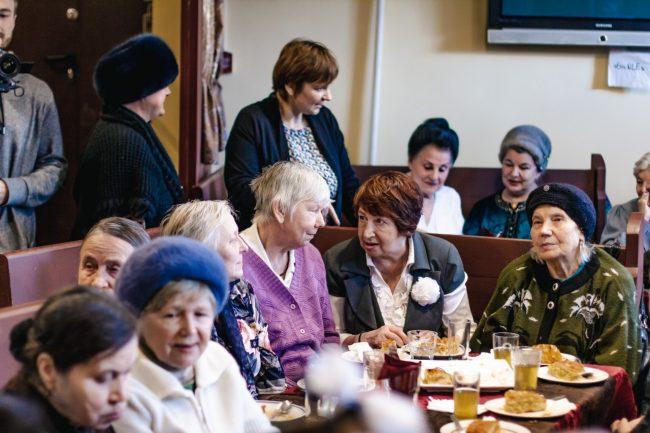 пенсионер в кафе