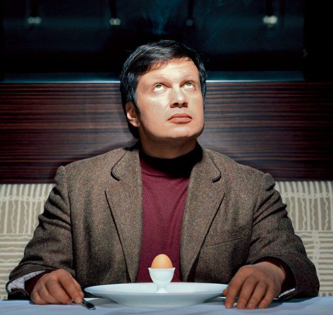 Владимир Соловьёв за столом