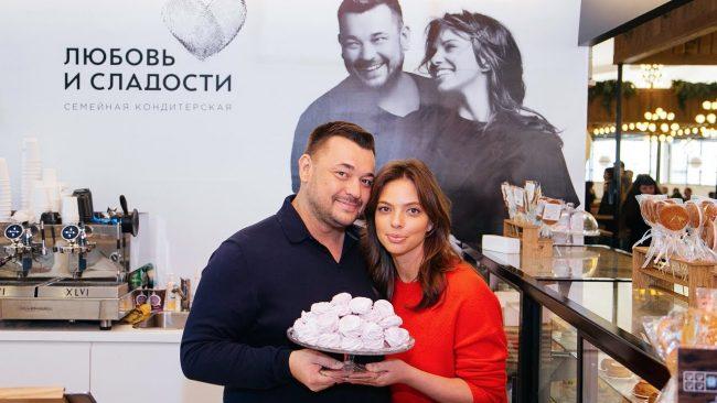 Сергей Жуков с женой в собственной кондитерской