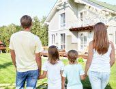 Семья смотрит на дом