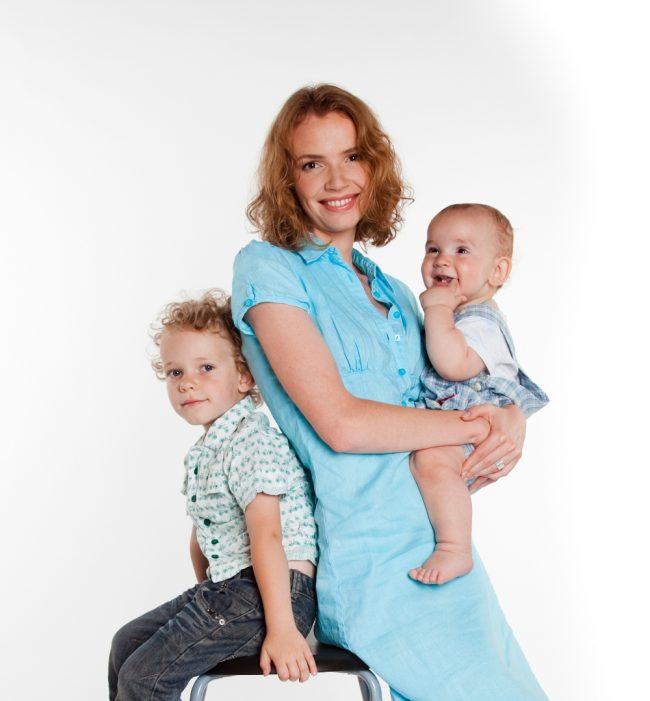 Молодая мать с двумя детьми