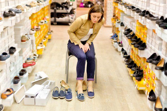 Примерка обуви в магазине