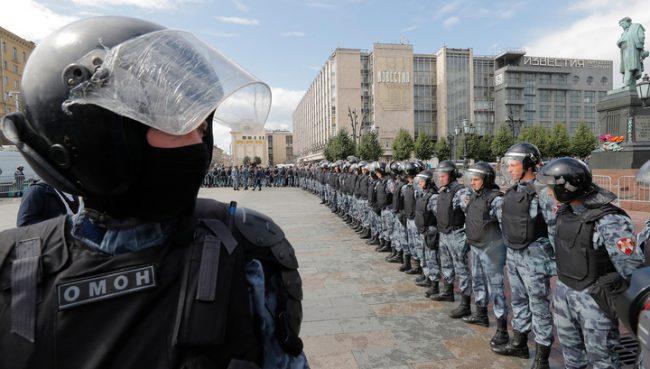 Незаконная акция в Москве: сильнее всех пострадал росгвардеец