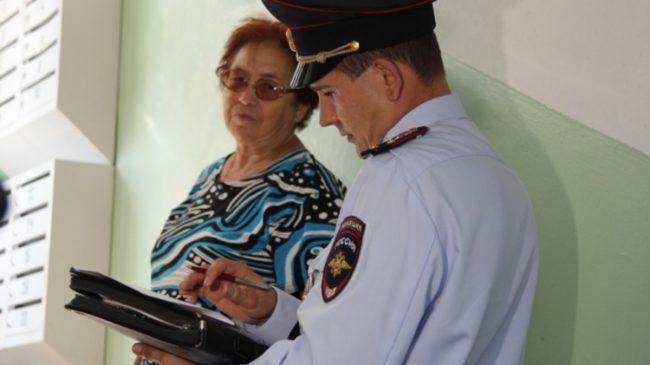 Сотрудник полиции и понятой на лестничной площадке