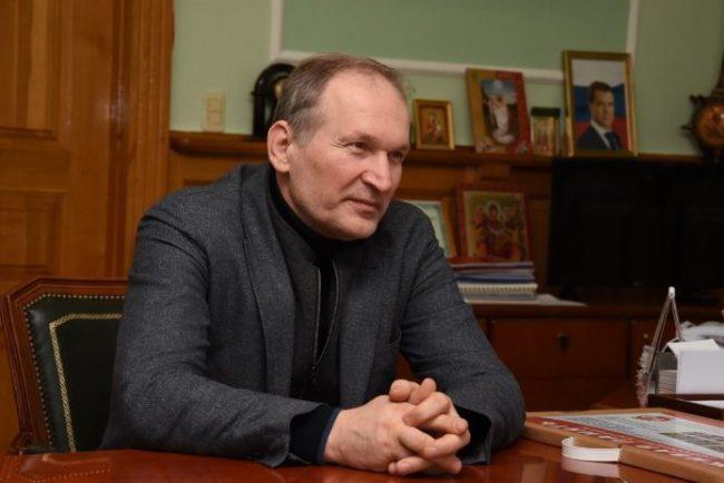 Фёдор Добронравов в рабочем кабинете