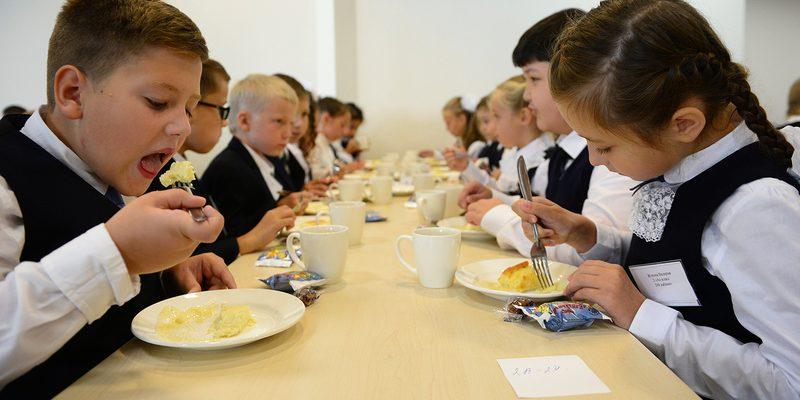 Роспотребнадзор рассказал, как правильно питаться школьникам