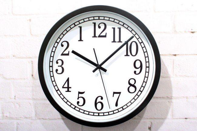часы, которые идут назад