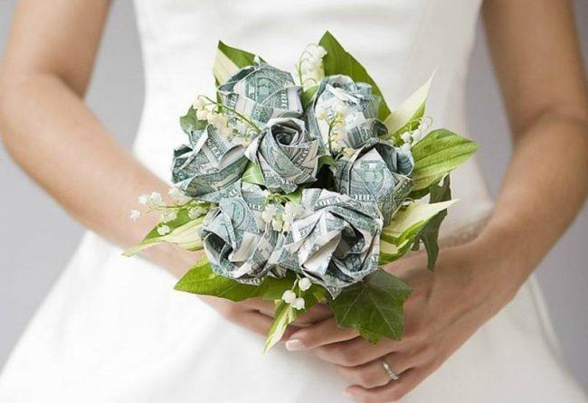 букет из купюр в руках невесты