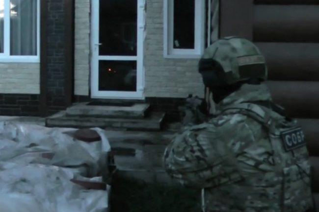 Спецназ взял штурмом дом криминального авторитета в Красноярском крае