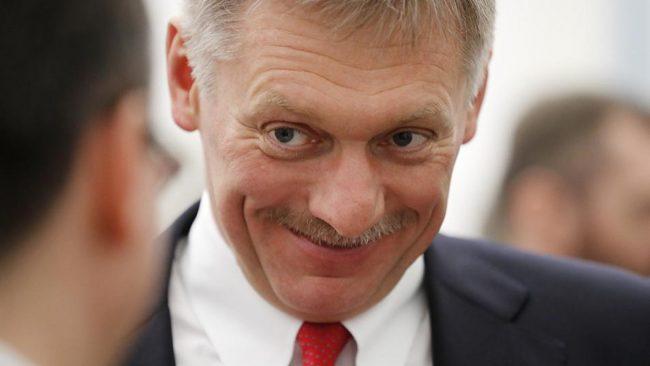 Дмитрий Песков улыбается