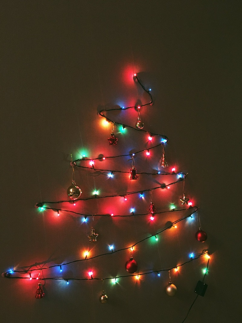 Силуэт елки из гирлянды